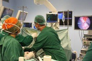 Врачи Ассуты проводят операцию, с помощью новейшего оборудования.