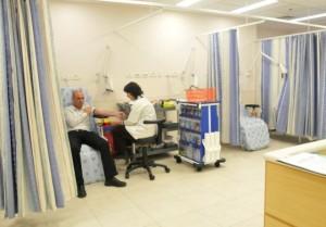 У пациента Ассуты берут анализ крови.