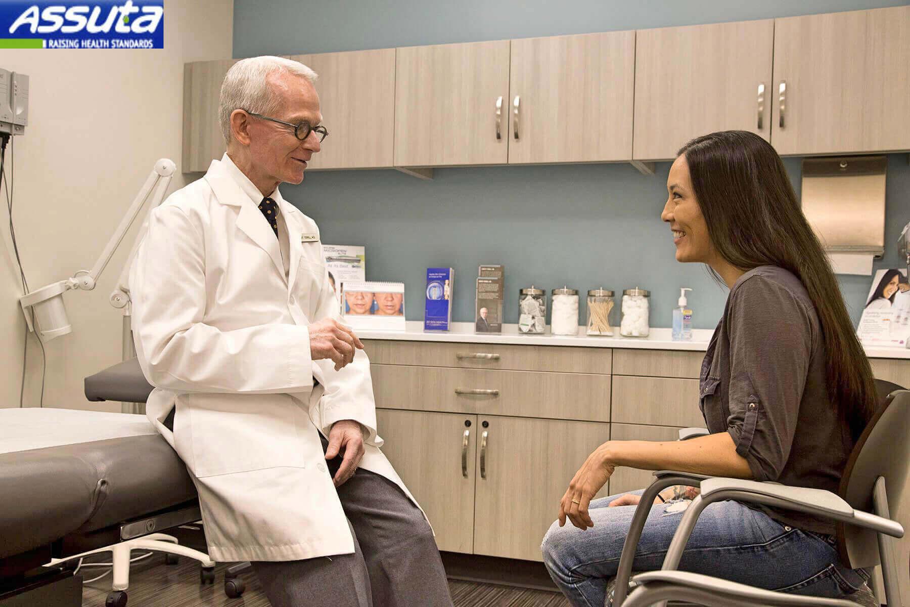 доктор-невролог на приеме в клинике Ассута